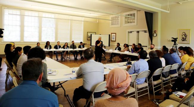 2020年人口普查會議聚集官方、民代、公益團體和各族裔媒體,討論這項調查的重要性與面臨的挑戰,中為主持人克羅斯(Sandy Close) 。