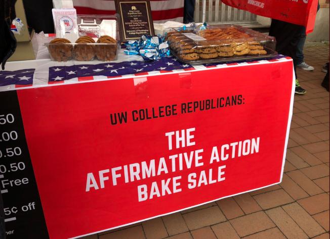 華盛頓大學共和黨人3日在校園舉行「平權法案烘焙大特賣」,表達對華盛頓通過法案,廢除華州執行了20年的平權法案禁令。圖為在校園擺放的攤位。(取材自推特)