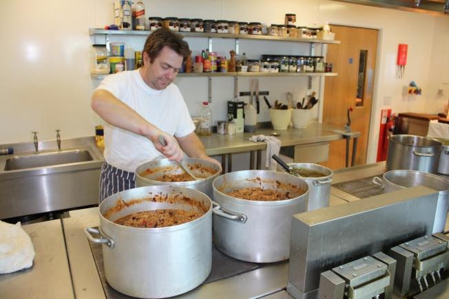 羅瑟拉研究站主廚謝伍德(Alan Sherwood)正在準備100人分的料理。(路透)