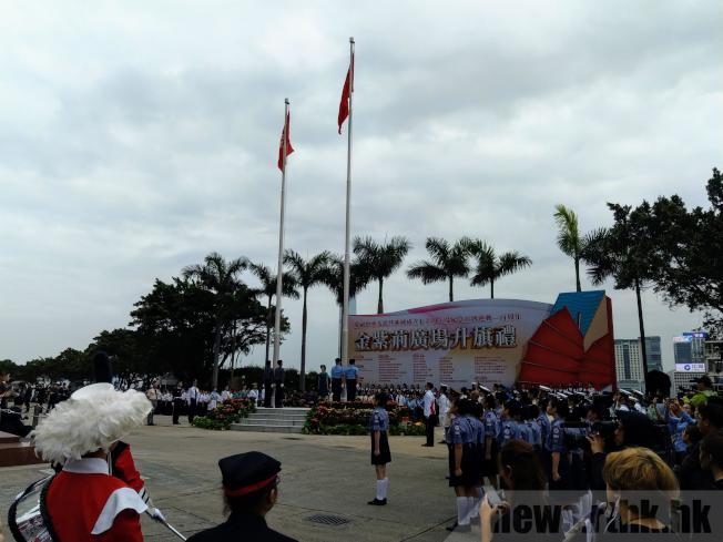紀念五四運動100周年,香港金紫荊廣場4日早上舉行升旗儀式,並鼓勵以中式步操取代西式步操。(取材自香港電台)