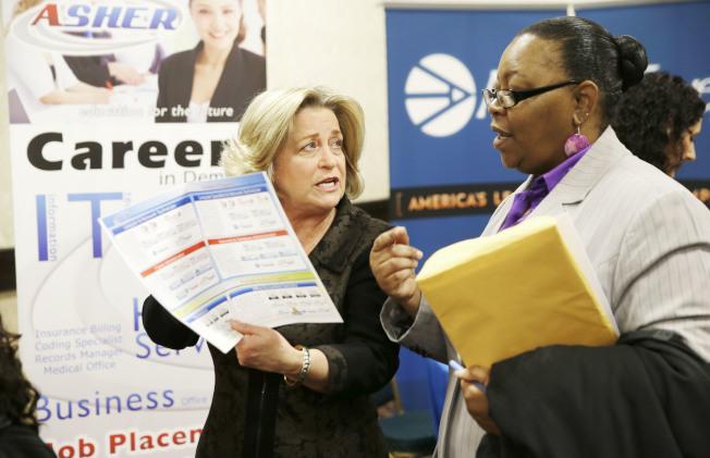 勞工部發布的就業報告顯示,美國失業率創下50年新低,圖為德州達拉斯舉行就業招聘會,吸引許多求職者。(美聯社)