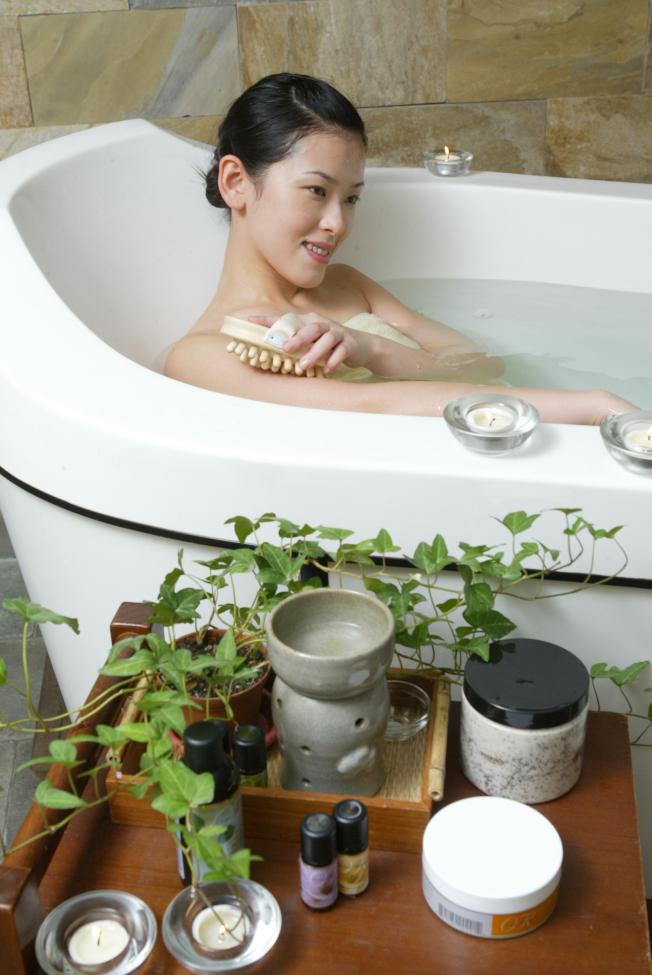 精油泡澡要注意精油與水混合平均分布。(本報資料照片)