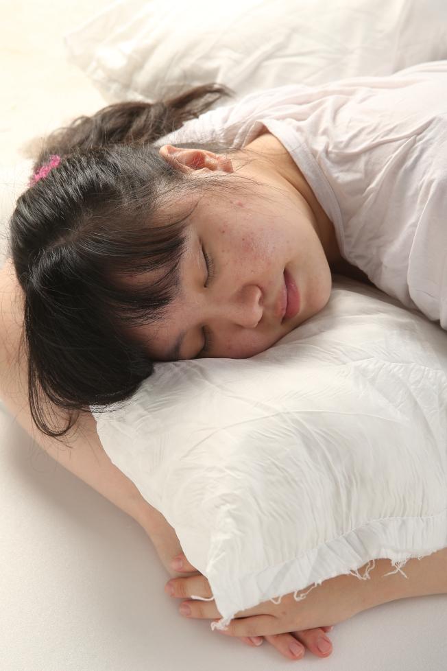 睡覺老是偏同一側,會加速皮膚老化。(本報資料照片)