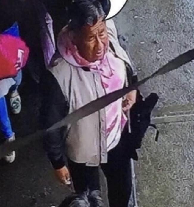 該名西語男子涉嫌在飛龍超市偷取一名華婦的錢包。(黃妮可提供)