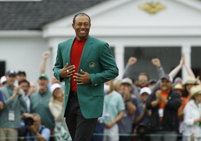 老虎伍茲再次穿上名人賽綠夾克。(美聯社)