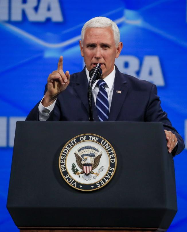 美國副總統潘斯對美中貿易談判持保留態度,圖為潘斯在全國槍枝協會講話的資料照片。(歐新社)