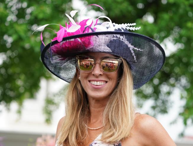 女性馬迷精心打扮,帽子是最吸睛的重點。(路透)