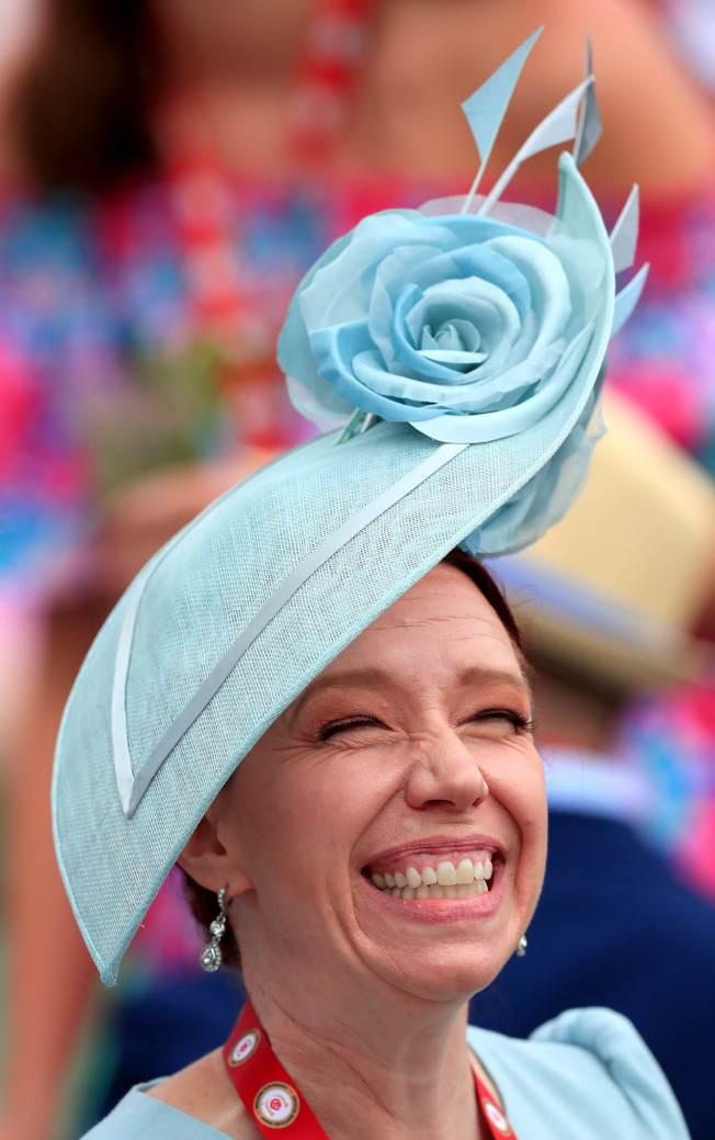 女性馬迷精心打扮,帽子是最吸睛的重點。(Getty Images)