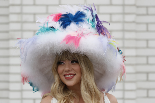 女性馬迷精心打扮,帽子是最吸睛的重點。(美聯社)