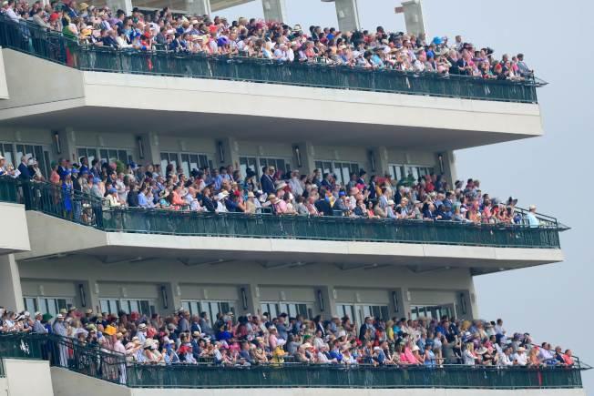 肯塔基賽馬是美國年度盛事,圖為賽馬場看台爆滿,運動及時尚界人士爭看賽馬。(Getty Images)