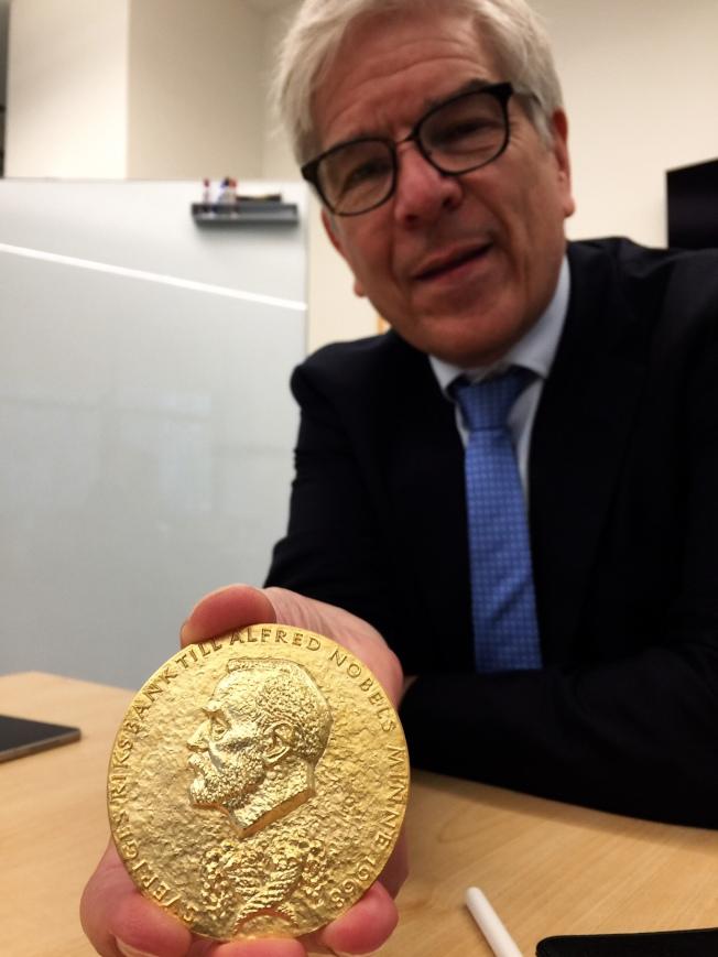 去年諾貝爾經濟學獎得主羅默向本報展示他的諾貝爾獎獎章。(記者張宗智/攝影)