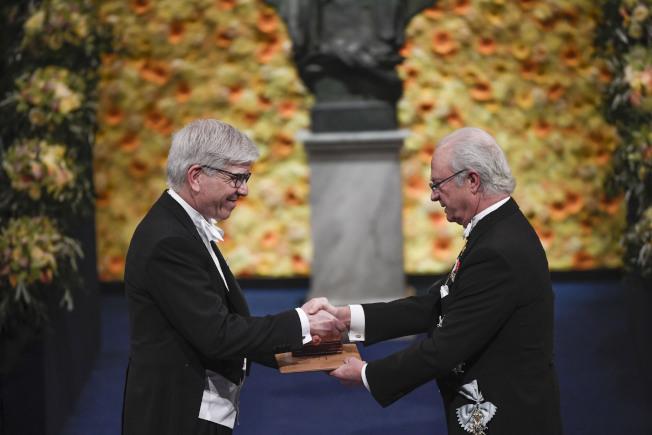 2018年諾貝爾經濟學獎得主、紐約大學教授保羅.羅默(Paul Romer)去年12月從瑞典國王Carl Gustaf手中,接過這項學術界最高榮譽。(美聯社)
