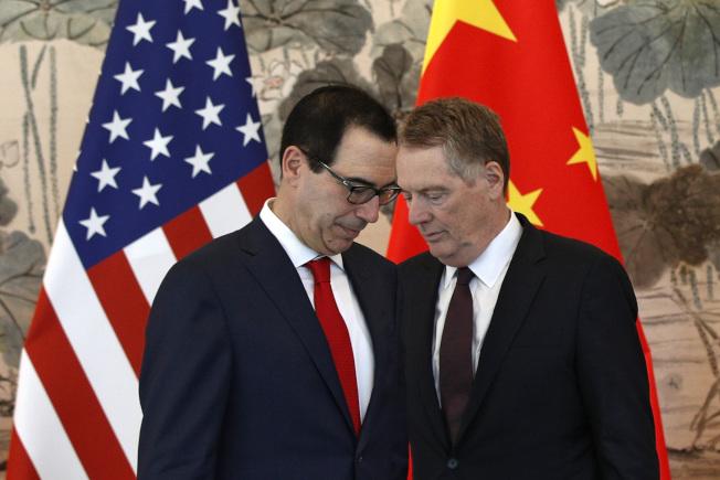 美國貿易代表賴海哲(右)指責中國出爾反爾。圖為他與財長米努勤(左)日前在北京出席貿易談判。(美聯社)