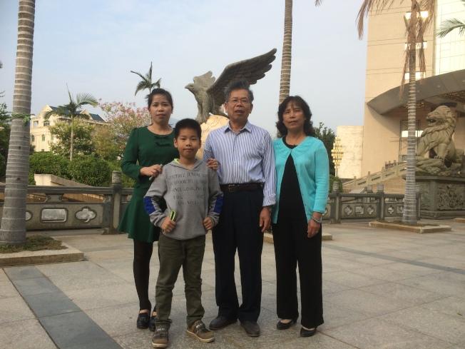 施祖垒(右二)和妻子(右一)与女儿(左一)团圆,女儿的孩子(左二)已经很大了。(施祖垒提供)