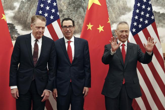美國貿易代表賴海哲(左起)、財長米努勤與中國副總理劉鶴日前在北京談判。(美聯社)