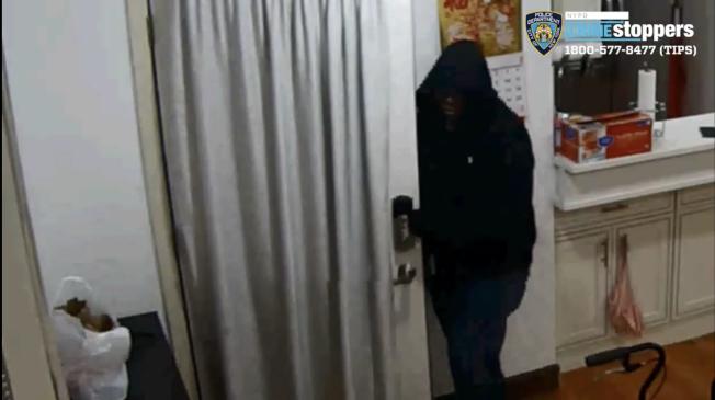 持槍進入華人民宅搶劫的嫌犯之一。(警方提供)
