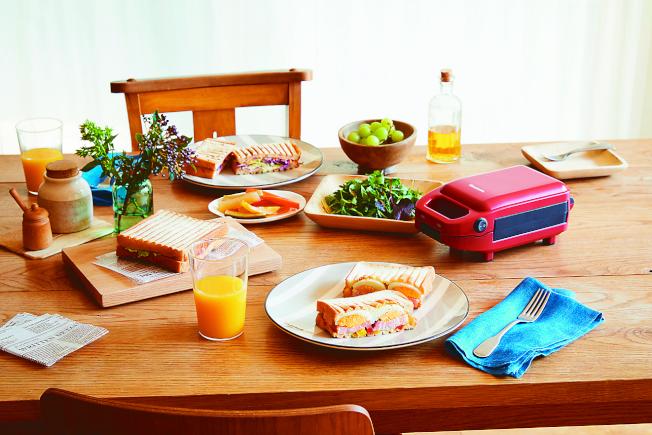 日系外型與討喜紅色的厚燒熱壓三明治機,讓六分熟朋友可以在新家做出豐盛早餐。(圖:itantonio提供)