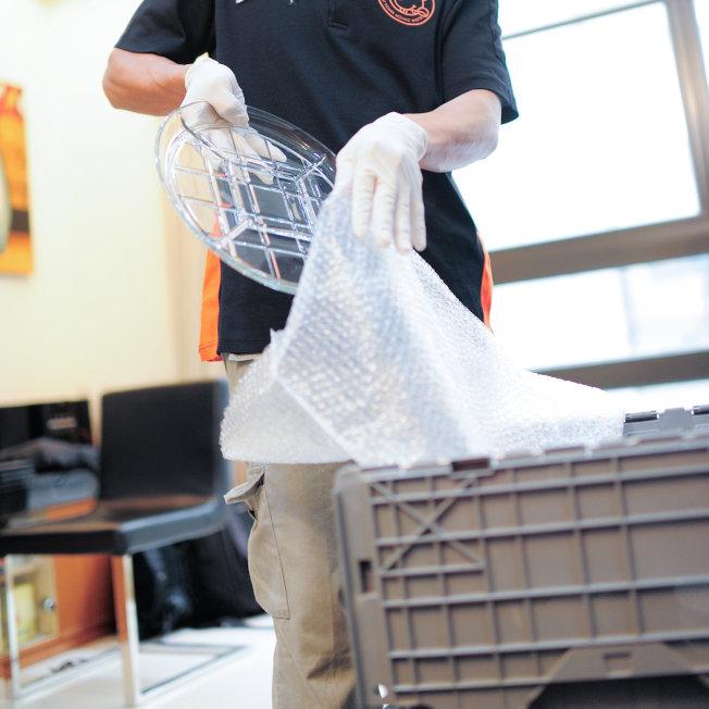 搬家打包防震很重要,除了报纸之外,还有其他的缓冲材料可以让家具获得妥善保护。(图:信义房屋提供)