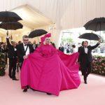〈圖輯〉大都會慈善晚宴  女神卡卡把「粉紅毯」當更衣室