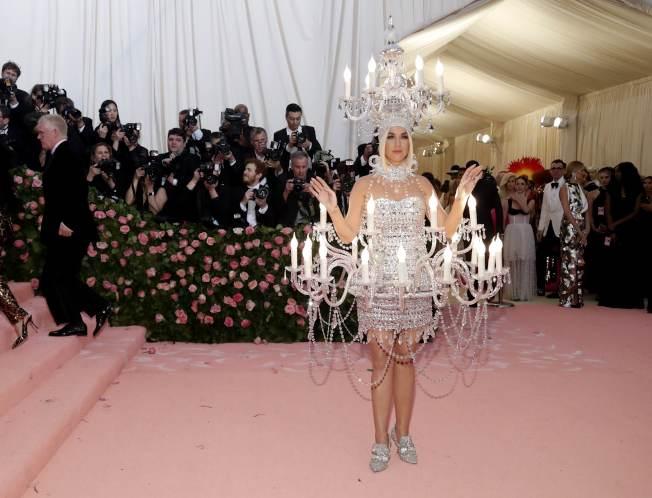 凱蒂佩芮扮成燭台。(路透)