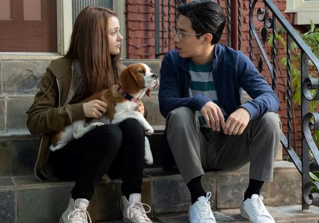 兩位主演是從角色青少年時代演到成年,劉憲華戴了眼睛就成為了高中生模樣。(圖:環球公司提供)