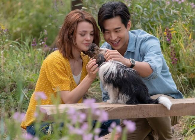 劉憲華(右)出演女主角CJ的鄰居,一起長大,並因狗狗的牽引不斷重逢。(圖:環球公司提供)