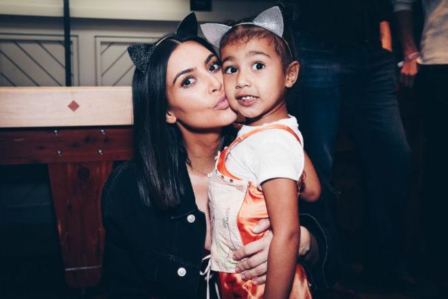 女星金卡戴珊與女兒「西北方」。(Getty Images)