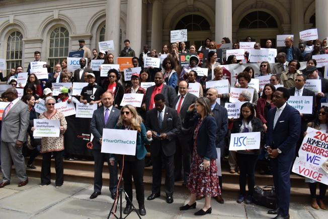 多個非營利公眾服務機構與多名市議員集會,呼籲市府在行政預算中撥款1.06億元。(記者顏嘉瑩/攝影)