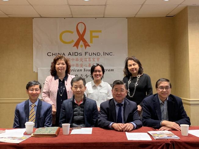 美國中華愛滋基金會和美國中華愛心基金會訂於5月19日舉辦「2019青年領袖講座」;前排左二、三是梁緯納、顧雅明,後排左一是周燕霞。(記者賴蕙榆/攝影)