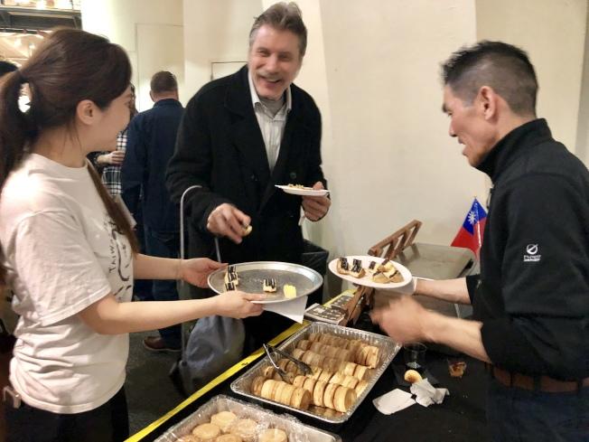台灣車輪餅在「2019皇后區美味」活動上受到民眾喜愛。(記者朱蕾/攝影)