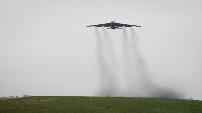 伊朗政府將退出部分核協議,加深波灣軍事危機,圖為美軍B-52轟炸機由路易斯安納空軍基地起飛。(取材自美國國防部)