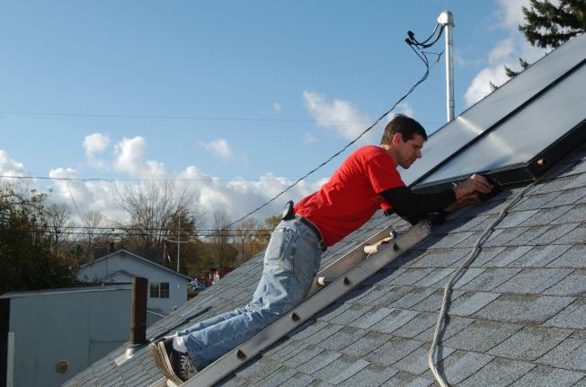 太陽能板安裝員在八州成為職缺增加幅度最大的熱門工作。(Getty Images)