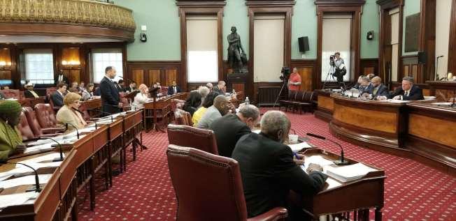 紐約市議會8日通過保護租客法案包,禁止房東騷擾房客、假造施工文件與資訊等。(記者和釗宇/攝影)