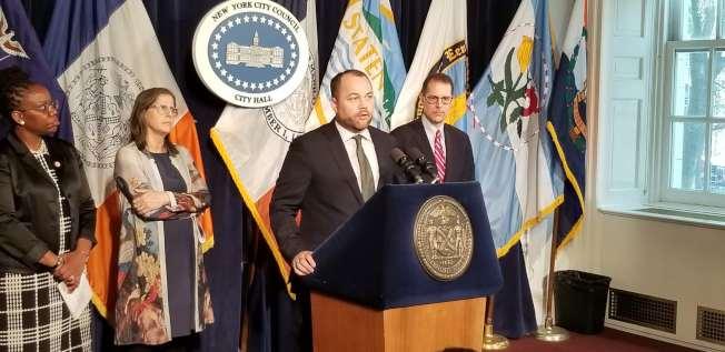 市議長張晟表示,紐約市正處於可負擔住房缺乏的危機中,本系列法案有助緩解危機。(記者和釗宇/攝影)