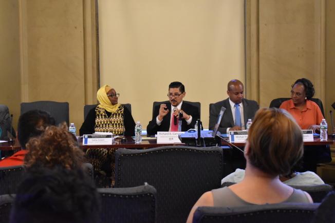卡蘭扎(左二)8日晚在曼哈頓下城舉辦全市高中里民大會時表示,公校多元化顧問小組已經完成對公校學生多元性調查,接下來幾周他將會與市長共同聽取建議。(記者顏嘉瑩/攝影)