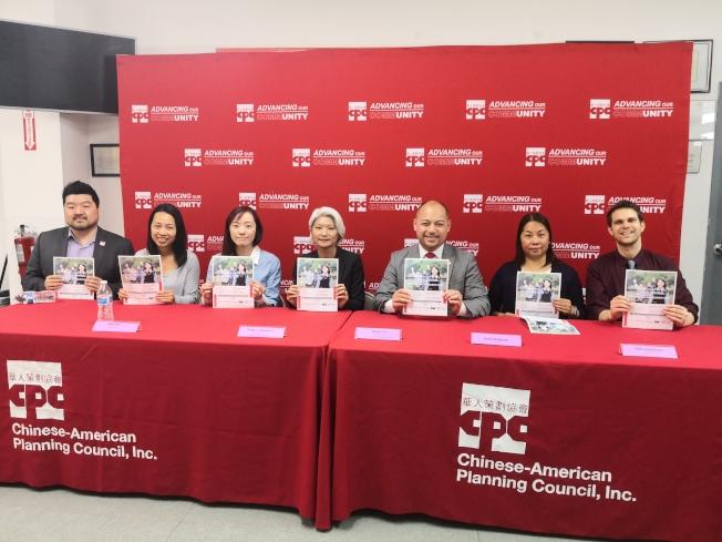 何永康(右三)等人呼籲民眾參加2019年教育博覽會。(記者黃伊奕/攝影)