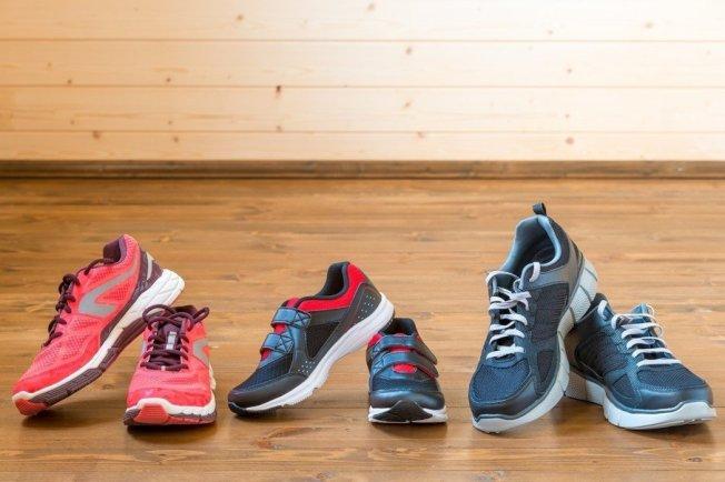 挑選鞋子千萬不可以外觀為主,除一般會注意的鞋子大小外,建議注意鞋子是否具足夠支撐力、鞋墊和鞋底需吸震、鞋底需耐磨及有明顯紋路防滑。(取材自ingimage)