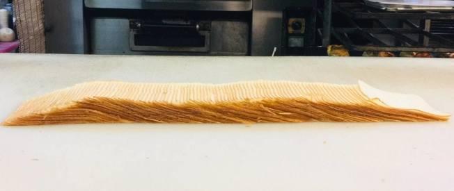 107塊麵包放平,每片真的有如紙片。(取材自推特)