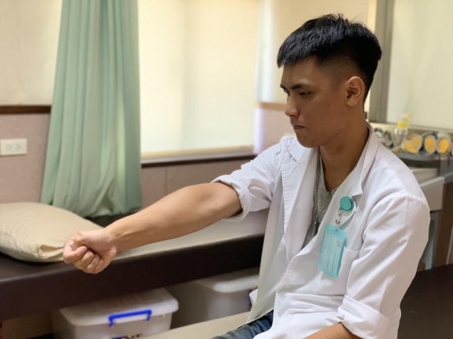 第一招「拇指肌牽拉運動」:拇指握掌內,往小指方向移動,至會疼痛時停止,停留10-15秒。以放鬆伸拇短肌與外展拇長肌。(圖:王俊介提供)
