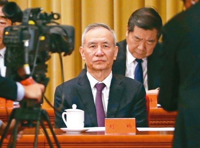 中國副總理劉鶴(圖)今天率團抵達華府,展開第11輪美中貿易談判,雙方談判代表能否達協議,備受關注。美聯社<br />
