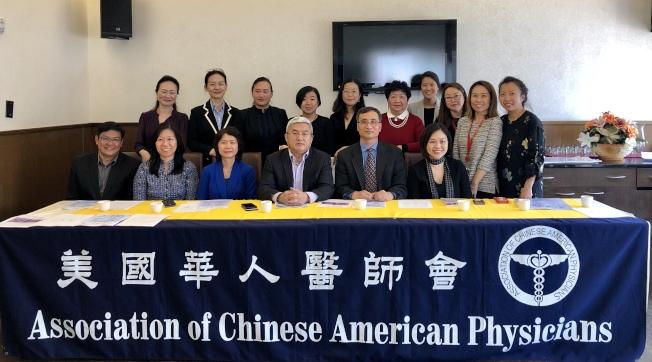 美國華人醫師會介紹的「華人健康節」及社區健康教育講座,前排右二為徐如良。(記者朱蕾/攝影)