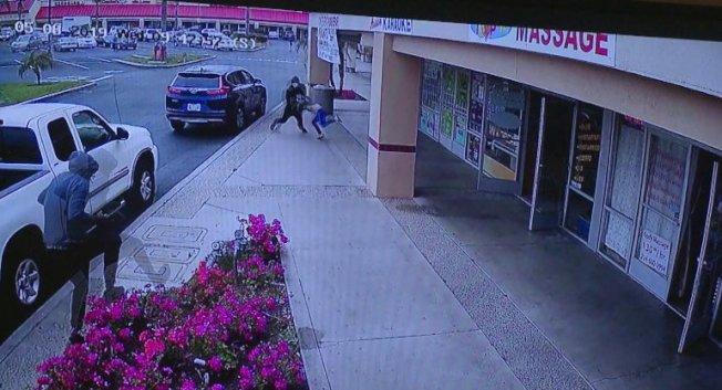 橙縣園林市日前發生一起搶劫皮包案件。(監視器畫面)