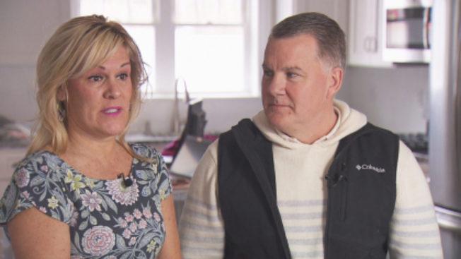 吉利安(右)與漢莉(左)夫婦買房,銀行律師不知電郵內容遭竄改,把32萬5000元電匯給駭客。 (CBS波士頓地方電視台截圖)