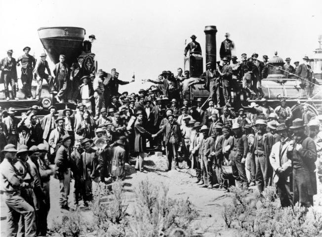 1869年5月10日太平洋鐵路在猶他州Promontory合龍後正式通車,圖為當時慶祝的場面,根本看不到付出血汗和生命的鐵路華工。 (美聯社)