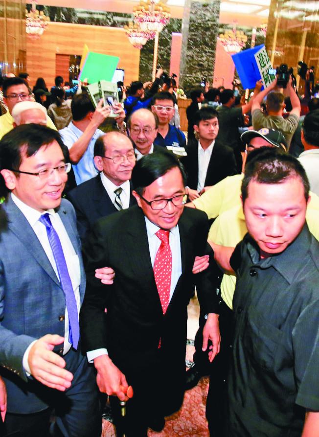 前總統陳水扁(前排中)9日在台北參與餐會,統派團體衝進飯店抗議。(記者陳柏亨/攝影)