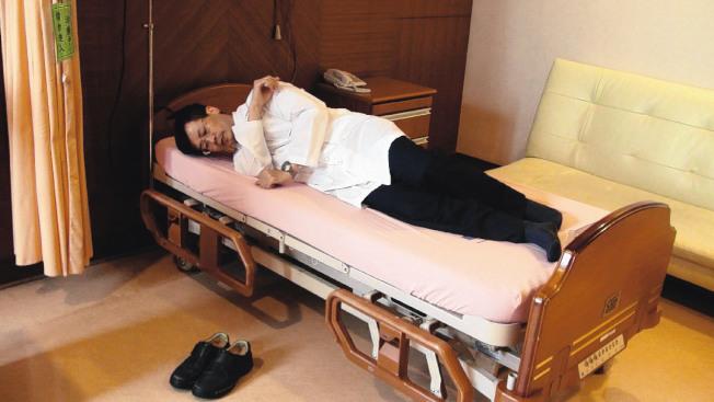醫師指出,平日生活注意正確姿勢,就能免除腰痛危機,例如起床時最好先側轉、起身坐定後再下床鋪。(本報資料照片)