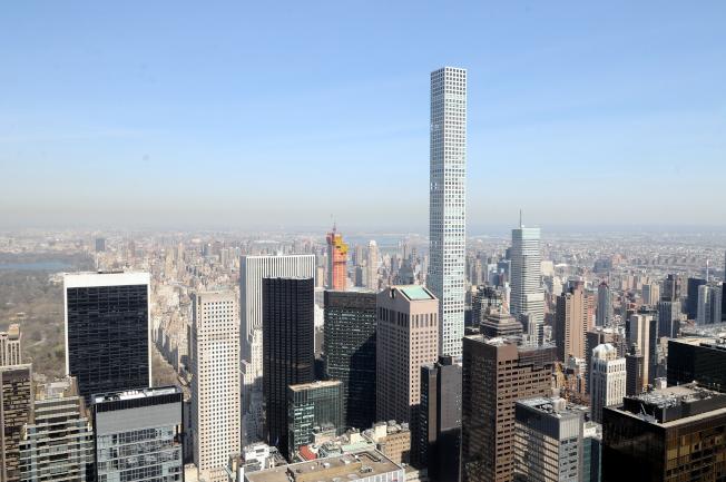 曼哈頓57街四周聚集了豪華摩天大樓公寓,包括高瘦的公園大道432號。(許振輝/攝影)