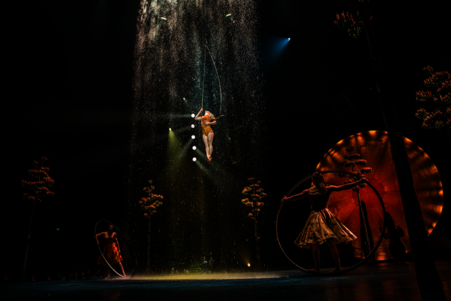 「LUZIA」中大量運用水元素,舞台頂端獨特設計的灑水系統,讓表演者在雨中跳躍旋轉,更在傾瀉的水流中盤旋飛翔。(演出公關提供)