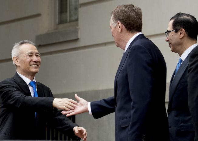 大陸副總理劉鶴(左)十日一早在華府與美國貿易代表賴海哲(中)和財政部長米努勤(右)會面,繼續貿易談判。 (美聯社)
