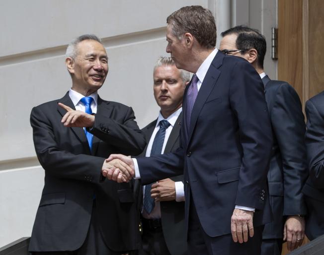 中國副總理劉鶴(左)10日一早在華府與美國貿易代表賴海哲(中)和財政部長米努勤(右)會面,繼續貿易談判。 (歐新社)